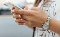 Joven consultando Internet a través de su iPhone. (Foto. Unsplash)