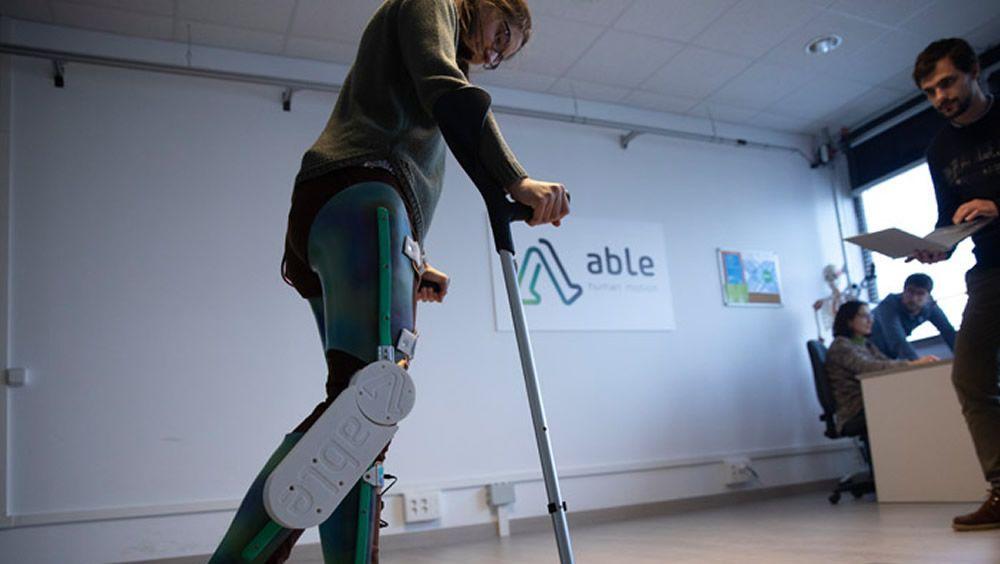 Ensayo del exoesqueleto creado por el grupo de investigación BIOMEC y la 'spin off' ABLE Human Motion. Imagen. La Caixa