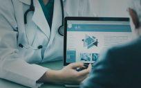 Médico explicando a un paciente los servicios online de Salud Digital. (Foto. Rawpixel)
