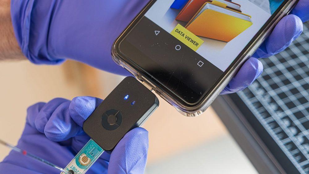Chip de microfluidos utiliza nanoperlas magnéticas programadas para diagnosticar Covid 19 (Foto. Jeff Fitlow)