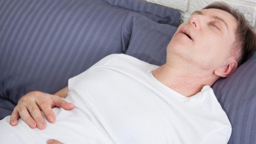 Hombre roncando debido a la apnea del sueño (Foto. Freepik)