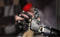 Diseñan un sensor similar a la piel para un control preciso de brazos protésicos