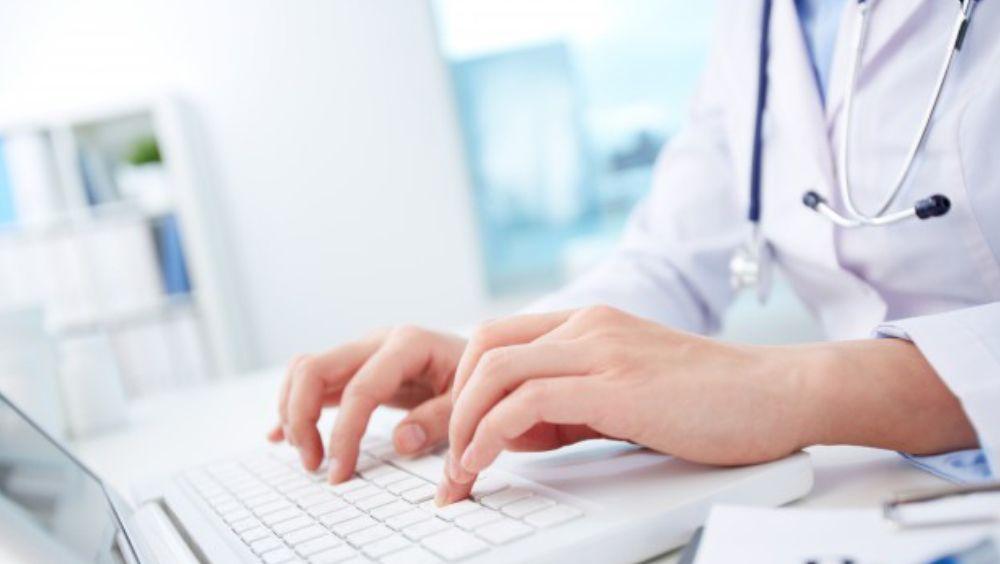 Doctora consultando bases de datos de pacientes (Foto. Freepik)