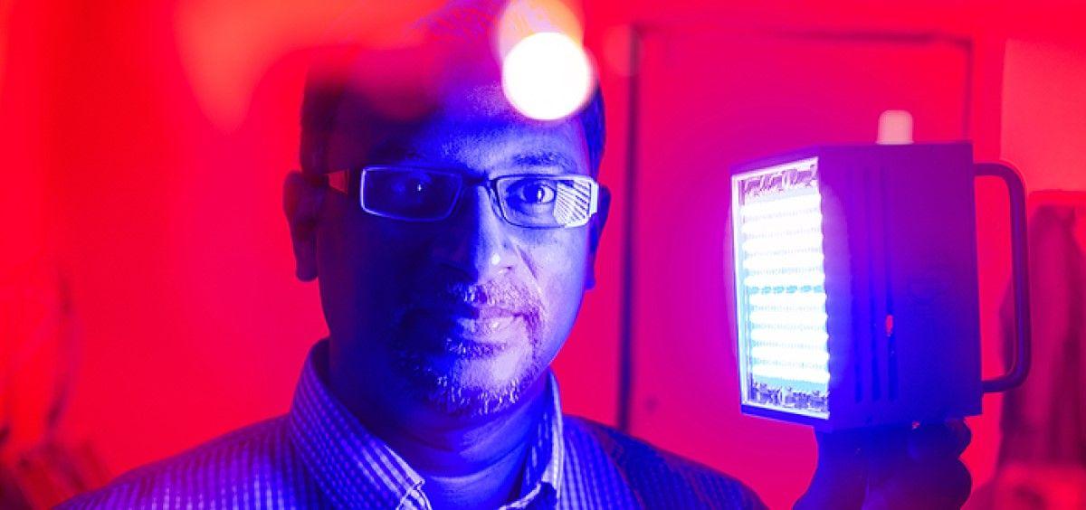 Terapia de luz para curar las quemaduras más rápido. En la foto uno de los desarrolladores, el profesor de biología oral Praveen Arany. (Foto. Douglas Levere. Universidad de Buffalo)