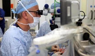 Primera operación robótica del mundo desde dentro del ojo