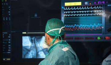 Un cirujano interviene en el nuevo quirófano híbrido del Centro Médico Teknon (Barcelona)