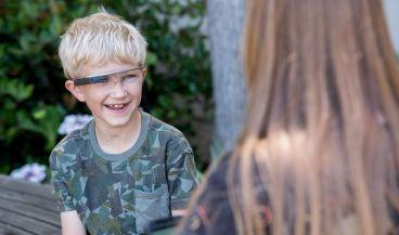 Imagen de uno de los niños que participaron en el estudio piloto de la aplicación de teléfono inteligente desarrollada por la Universidad de Stanford emparejada con Google Glass.