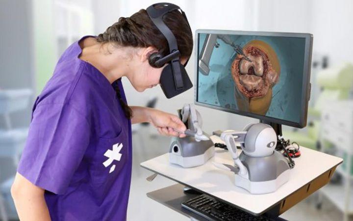 Una usuaria manipula el sistema de realidad virtual de la compañía FundamentalVR