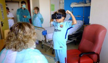 Un niño usa unas gafas de realidad virtual y la herramienta 'Virtual Trasplant reality' durante el proceso de trasplante en el entorno médico.