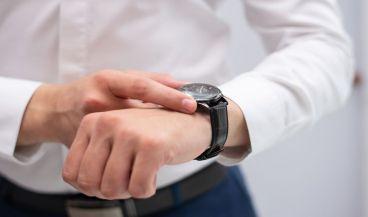 Un reloj inteligente con sensor de electrocardiograma para diagnosticar enfermedades cardiacas