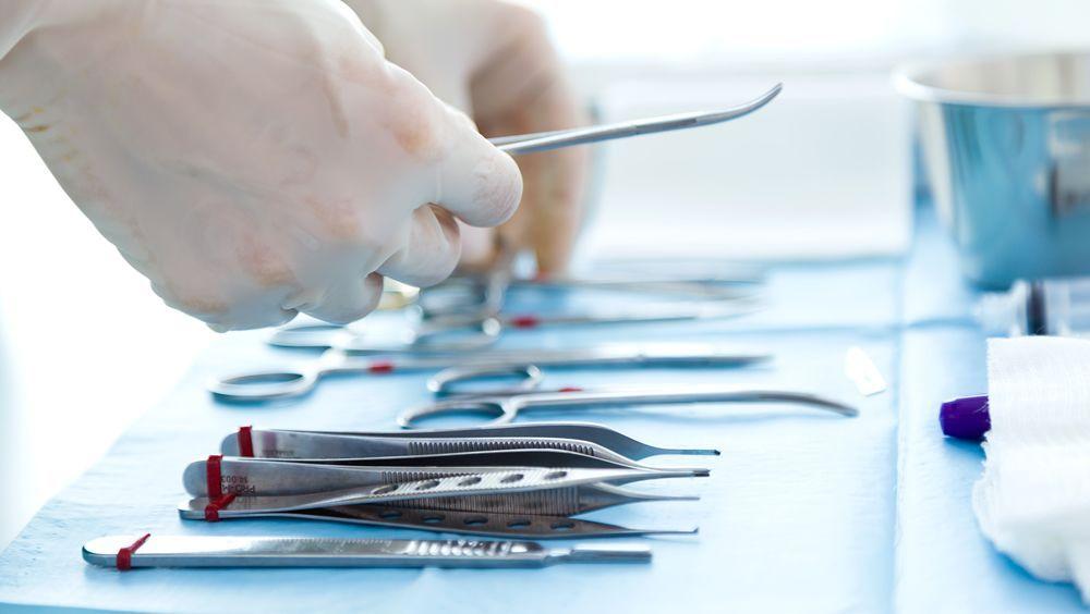 Una máquina expendedora permite dispensar dispositivos quirúrgicos
