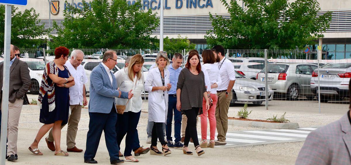 Francina Armengol y Patricia Gómez, durante su visita al nuevo aparcamiento del Hospital de Inca