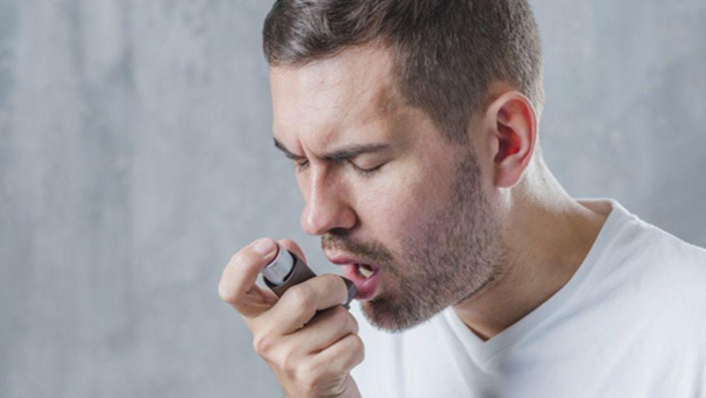 Paciente asmático con inhalador