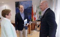 Real junto a Del Moral (centro de la imagen) y Simon, antes de la reunión de trabajo (Foto: Nacho Romero)