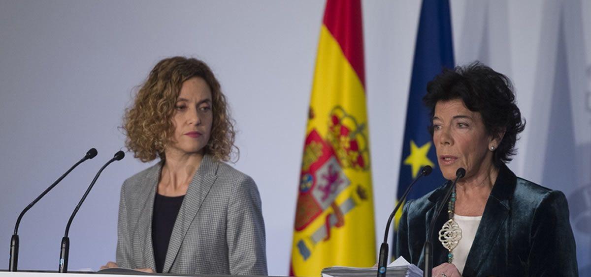 Isabel Celaá, ministra de Educación y Formación Profesional y portavoz del Gobierno, y Meritxell Batet, ministra de Política Territorial y Función Pública, ambas en funciones, durante una rueda de prensa posterior al Consejo de Ministros.