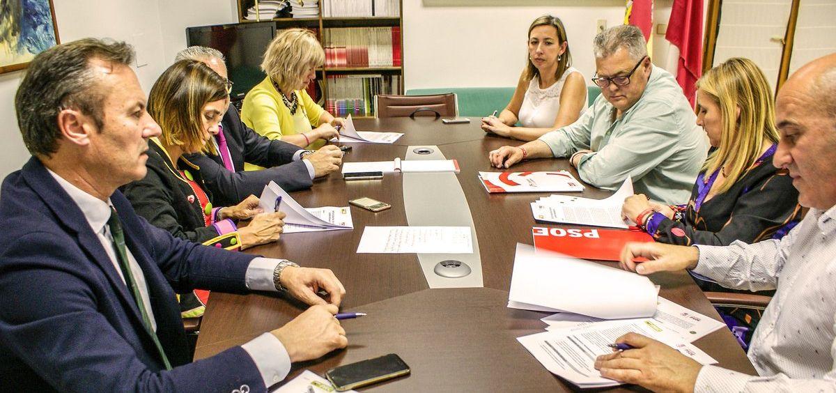 Miembros de PRC y el PSOE cántabro firman el acuerdo para renovar la coalición del Gobierno de Cantabria.