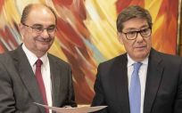 Javier Lambán (PSOE) y Arturo Aliaga, presidente del PAR, firmando el acuerdo de gobernabilidad en Aragón.