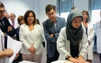 Manuel Villegas en su visita a la Facultad de Medicina