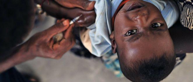 Niño africano recibiendo una vacuna