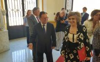 La ministra de Sanidad, María Luisa Carcedo, en Ceuta, junto a Juan Vivas, presidente de la Ciudad Autónoma.