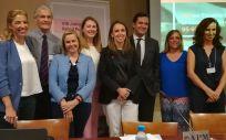 Foto de familia de los portavoces políticos y los representantes de la compañía farmacéutica Gilead