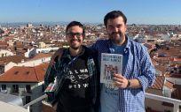 Guido Rodríguez de Lema Tapetado y Juan Sánchez-Verde Bilbao, creadores de 'Yo, Doctor' y autores de la novela gráfica 'El Club de las batas blancas'. / Foto: Penguin Random House