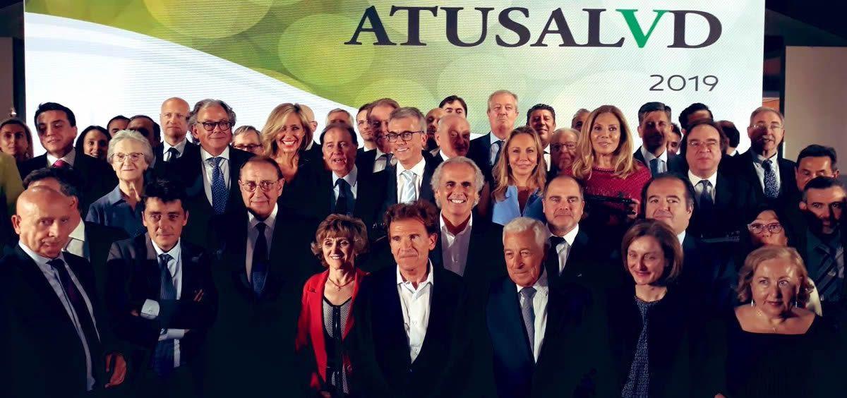 Foto de familia de los 59 galardonados en la octava edición de los premios 'A Tu Salud' | Foto: Twitter Enrique Ruiz Escudero (@eruizescudero)