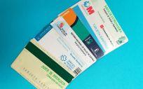 Tarjetas sanitarias de varias comunidades autónomas / Foto: ConSalud.es