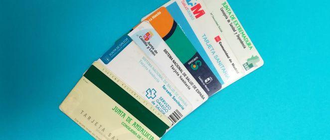 Tarjetas sanitarias de varias comunidades autónomas (Foto: ConSalud.es)