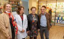 Foto de archivo, visita de la consejera de Sanidad a la farmacia de Rasines/Foto: Consejería de Sanidad de Cantabria