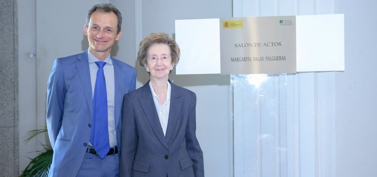 El Ministro de Ciencia, Pedro Duque, junto a la investigadora Margarita Salas