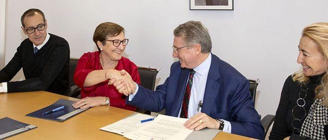Foto de archivo de la firma del primer convenio entre Sanidad y la AECC para desarrollar el Programa 'Primer Impacto' (Oficina de Comunicación)