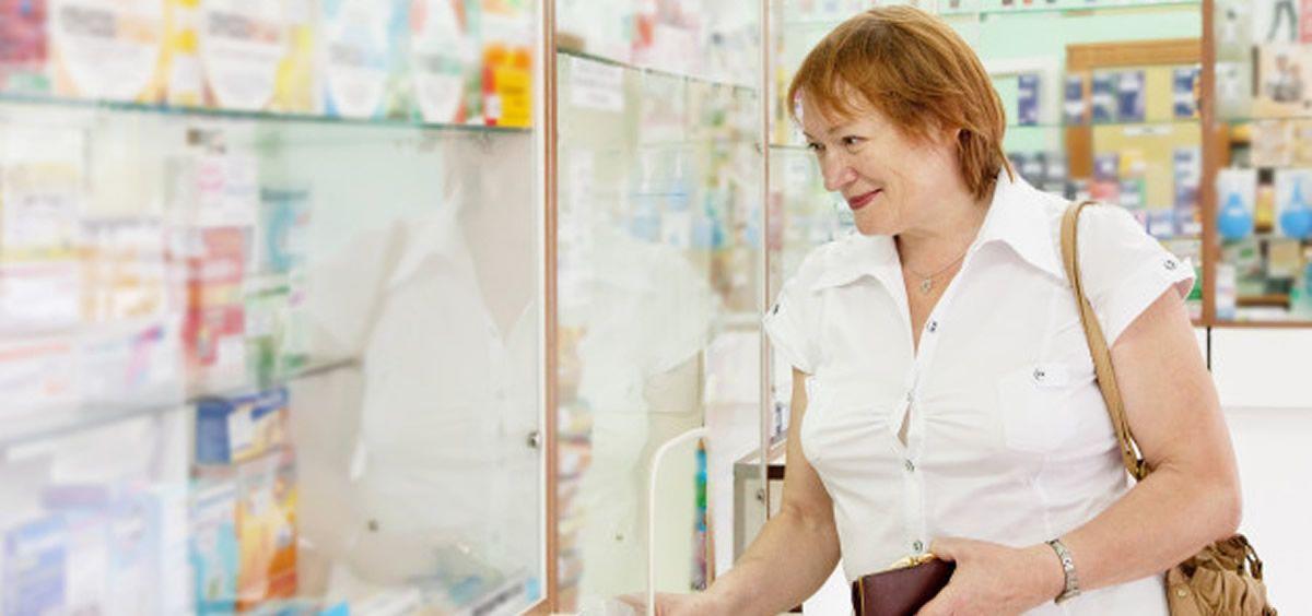 Paciente acudiendo a la farmacia (Freepik)