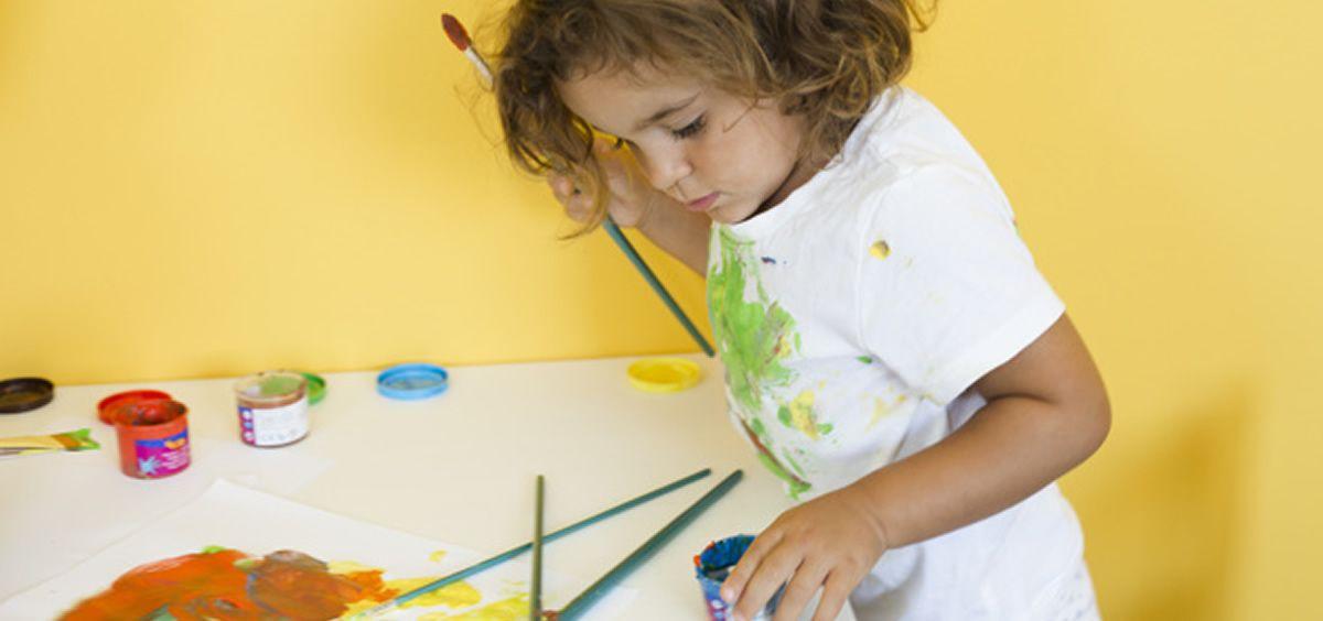 Niña con pinturas (Freepik)