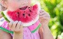 Niña come sandía (Foto: Pixabay)