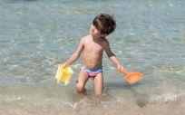 Niño en  la playa (Freepik)
