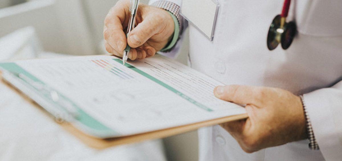 Profesional sanitario recetando a un paciente (Foto. Freepik)