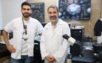 El doctor en Biología, Félix Machín, a la derecha, y el estudiante predoctoral Jessel Ayra Plasencia, en la Unidad de Investigación del Hospital Universitario Nuestra Señora de Candelaria | Foto: Gobierno de Canarias