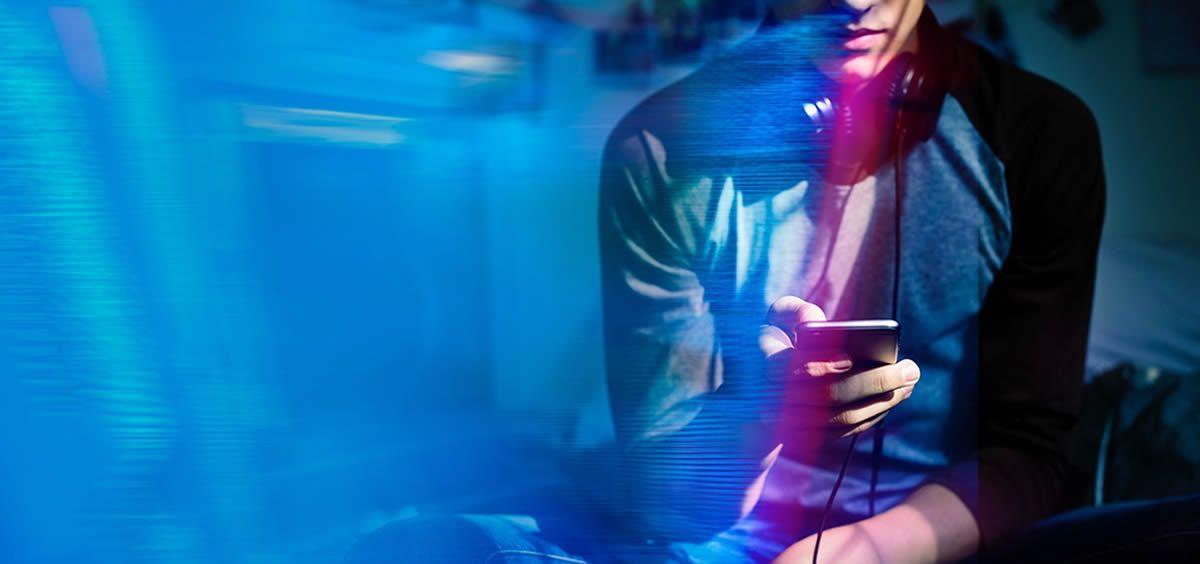 Un usuario utilizando aplicaciones móviles. (Foto. Rawpixel)