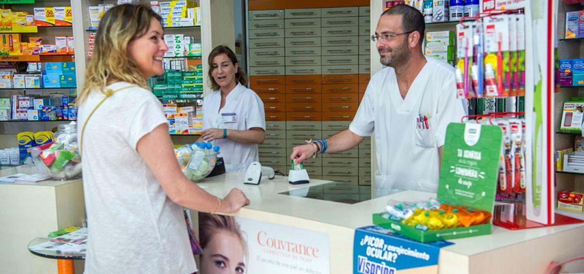Retirada de medicamentos mediante receta electrónica en una farmacia (Foto. Junta de Andalucía)