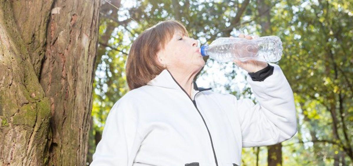 Mujer bebiendo agua (Foto. Freepik)