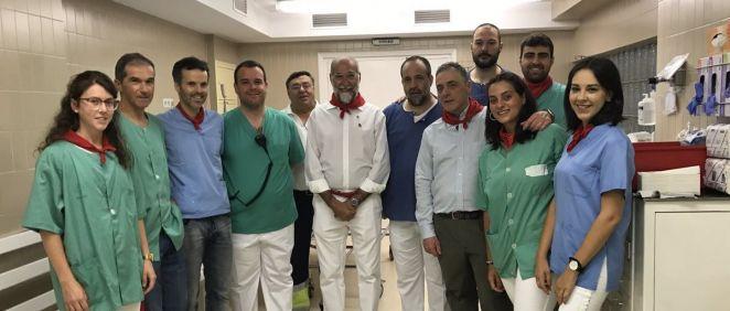 El consejero Domínguez durante su visita a la enfermería de la plaza de toros, acompañado del cirujano jefe, Ángel Hidalgo (Foto: Twitter Salud-Osasuna)