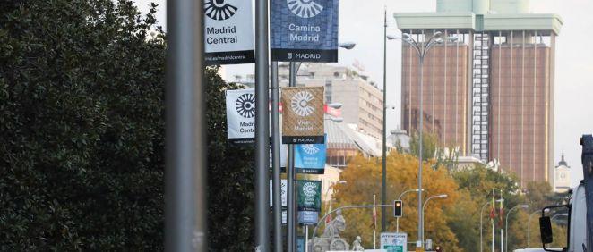 El madrileño Paseo del Prado con anuncios sobre Madrid Central. (Foto. Ayuntamiento de Madrid)