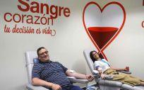 Dos personas donando sangre (Foto. ConSalud)