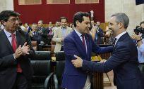 Juanma Moreno saluda a Juan Bravo, en presencia de Juan Marín, tras la aprobación de los presupuestos de la Junta para 2019 (Foto: Junta de Andalucía)
