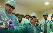 Enrique Ruiz Escudero visitando los nuevos robots del Hospital de Parla (Foto, Comunidad de Madrid)
