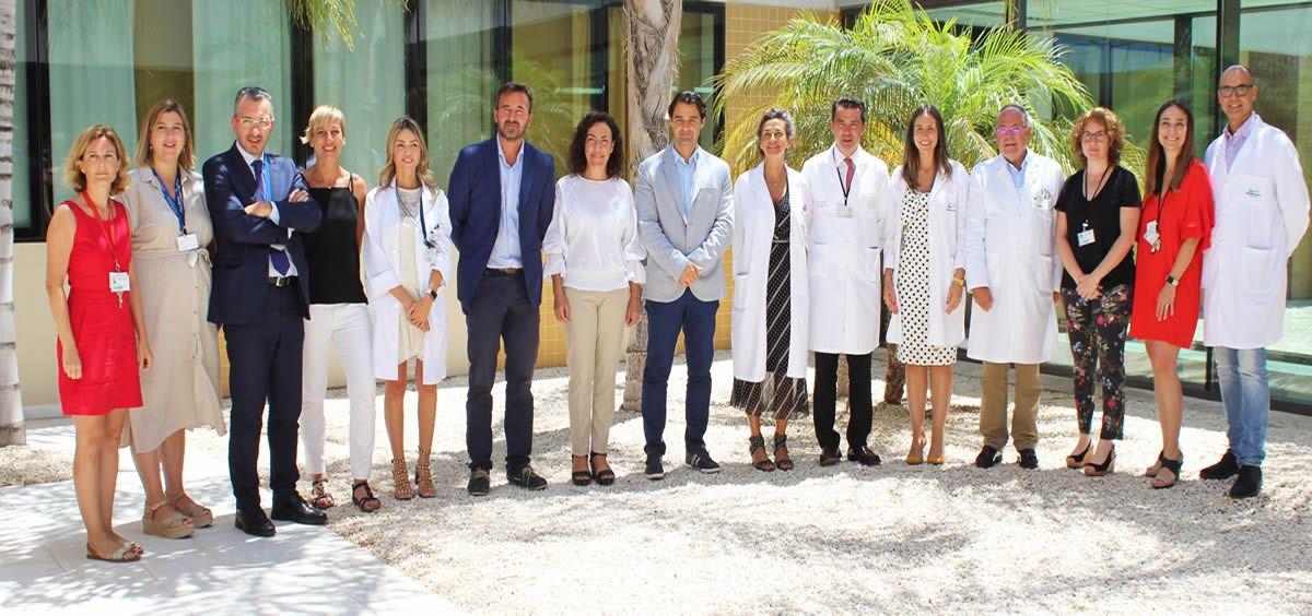 Eduardo Dolón, alcalde de Torrevieja, en su visita el Hospital Universitario de la localidad (Foto. ConSalud)