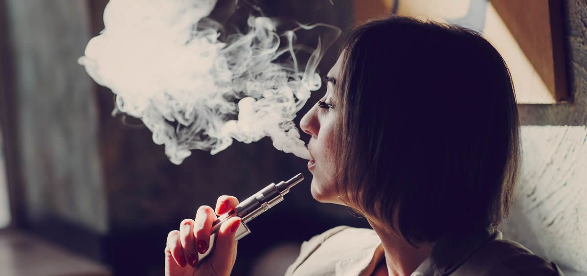 Mujer con cigarrillo electrónico (Foto. ConSalud)