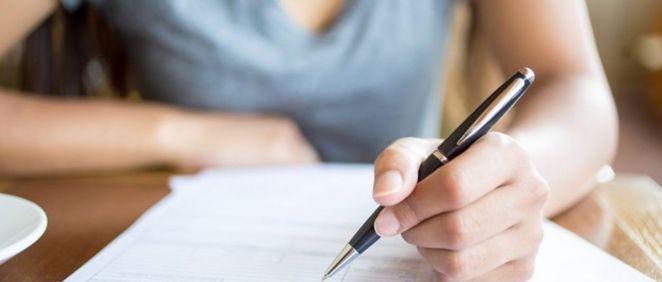 Mujer realizando un exámen (Foto. Freepik)