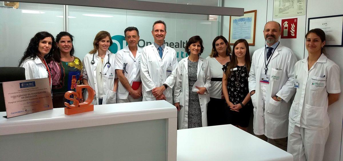 Los doctores García Foncillas, Llamas (5º y 6ª por la izda) y Córboba (2º por la dcha), junto a compañeros de sus servicios en la FJD (Foto. Quirónsalud)